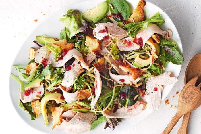 tipos de ensaladas con carne de ternera, verduras, aguacate, trozos de pan tostado y frutas