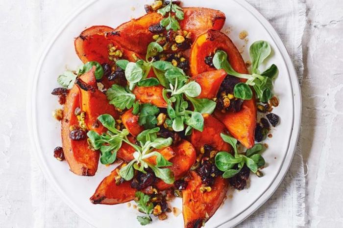 calabaza cocida con verduras, frutas secas y maíz, platos y aperitivos para Navidad saludables