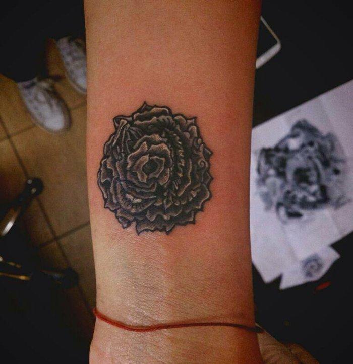 tatuajes con flores en en antebrazo, flor en color negro, tatuajes de rosas bonitas ideas