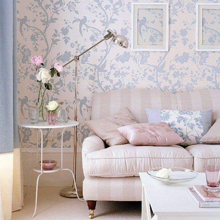 salon comedor pequeño decorado en estilo vintage, paredes con papel pintado en motivos florales