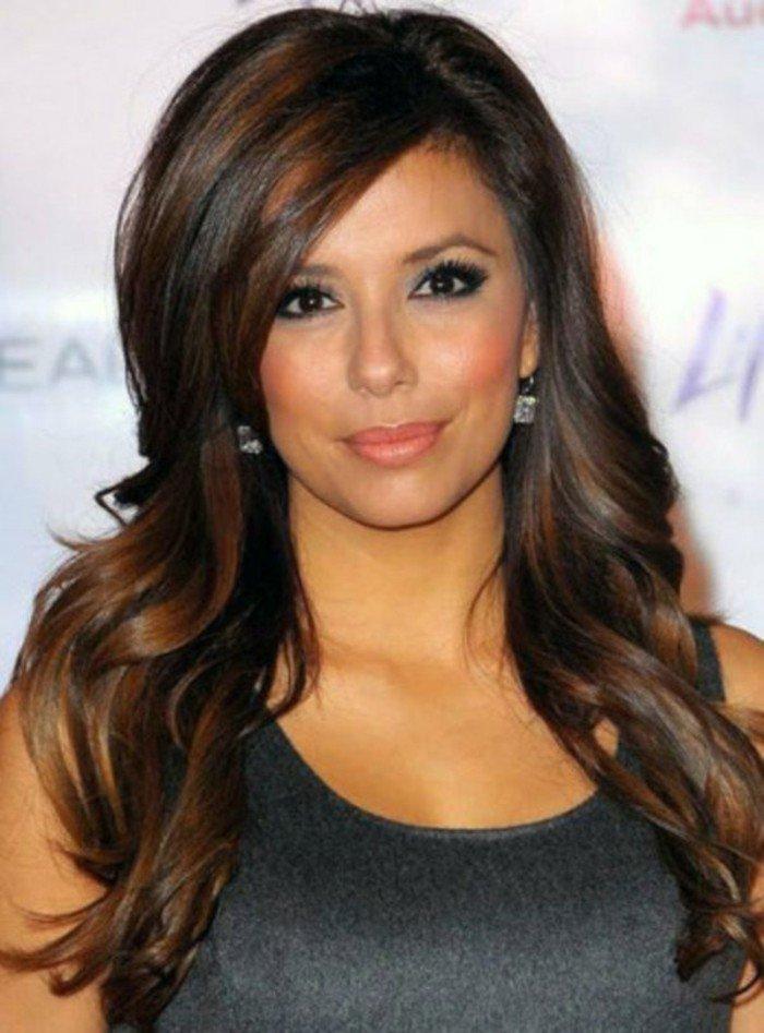 pelo castaño oscuro con reflejos en color caramelo, peinados y colores en tendencia