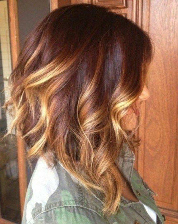 corte de pelo bob ondulado con mechas rubias, pelo castaño oscuro con mechas