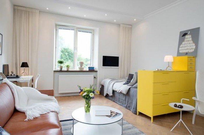 salones modernos decorados en colores neutros, armario en amarillo llamativo, sofá de cuero vintage