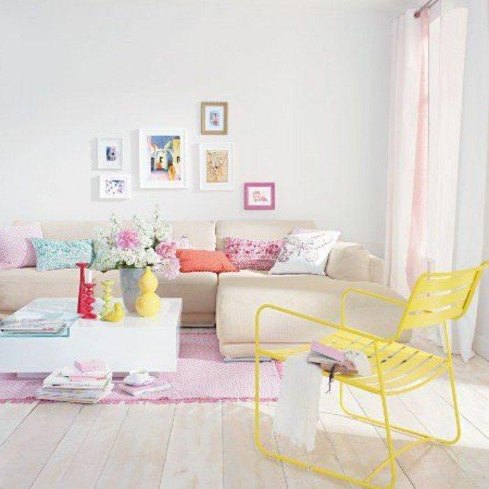 salon pequeño decorado en tonos llamativos, sofá en beige, silla en amarillo, alfombra en rosado