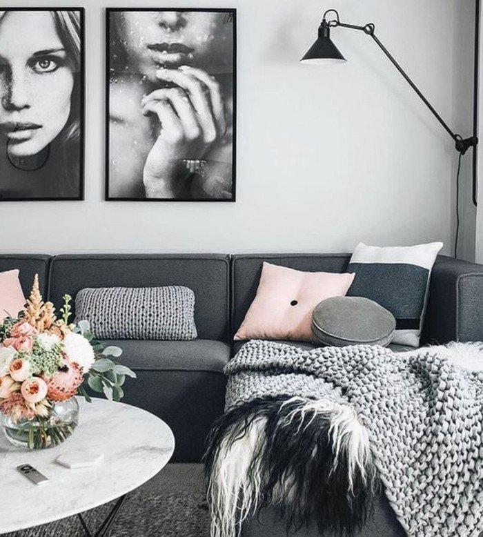 preciosa decoración de habitacion gris con detalles en colores pastel y flores en ñla mesa, cuadros en la pared