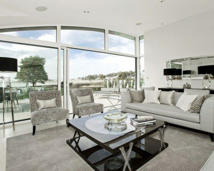 grande salón con muebles en gris, habitacion gris con grandes ventanales, preciosos elementos arquitectónicos