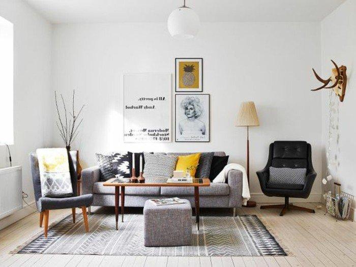 salones grises con pardes blancas, muchos elementos decorativos y pinturas, cuadros en la pared