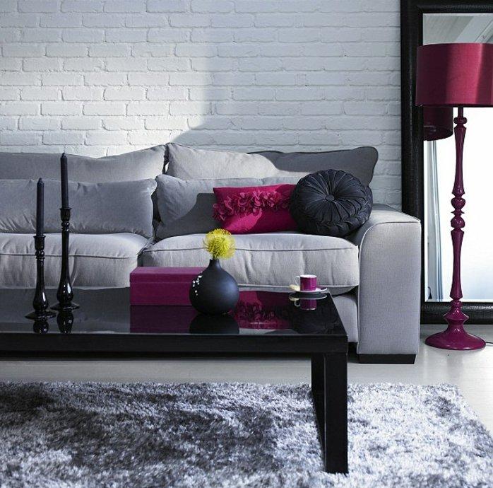 salón en estilo contemporáneo en paredes blancas de ladrillo, sofá moderna y detalles en morado