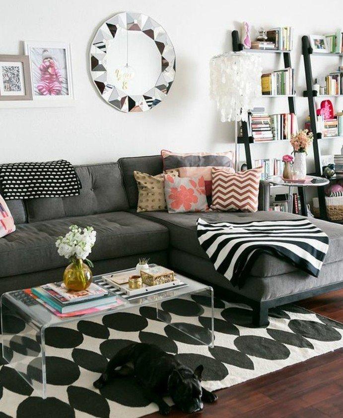 salones grises y blanco, espejo en estilo vintage y pequeños detalles en colores, cojines decorativos