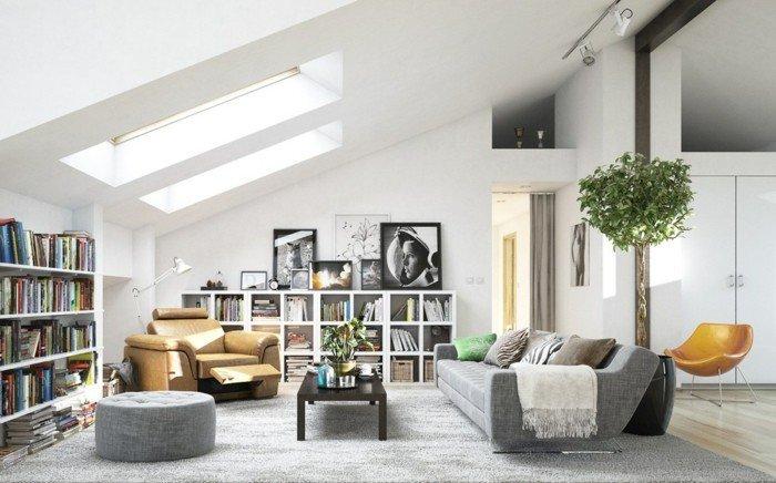 salón abuhardilado en blanco y gris, estanterías con libros y plantas verdes, techo abuhardillado