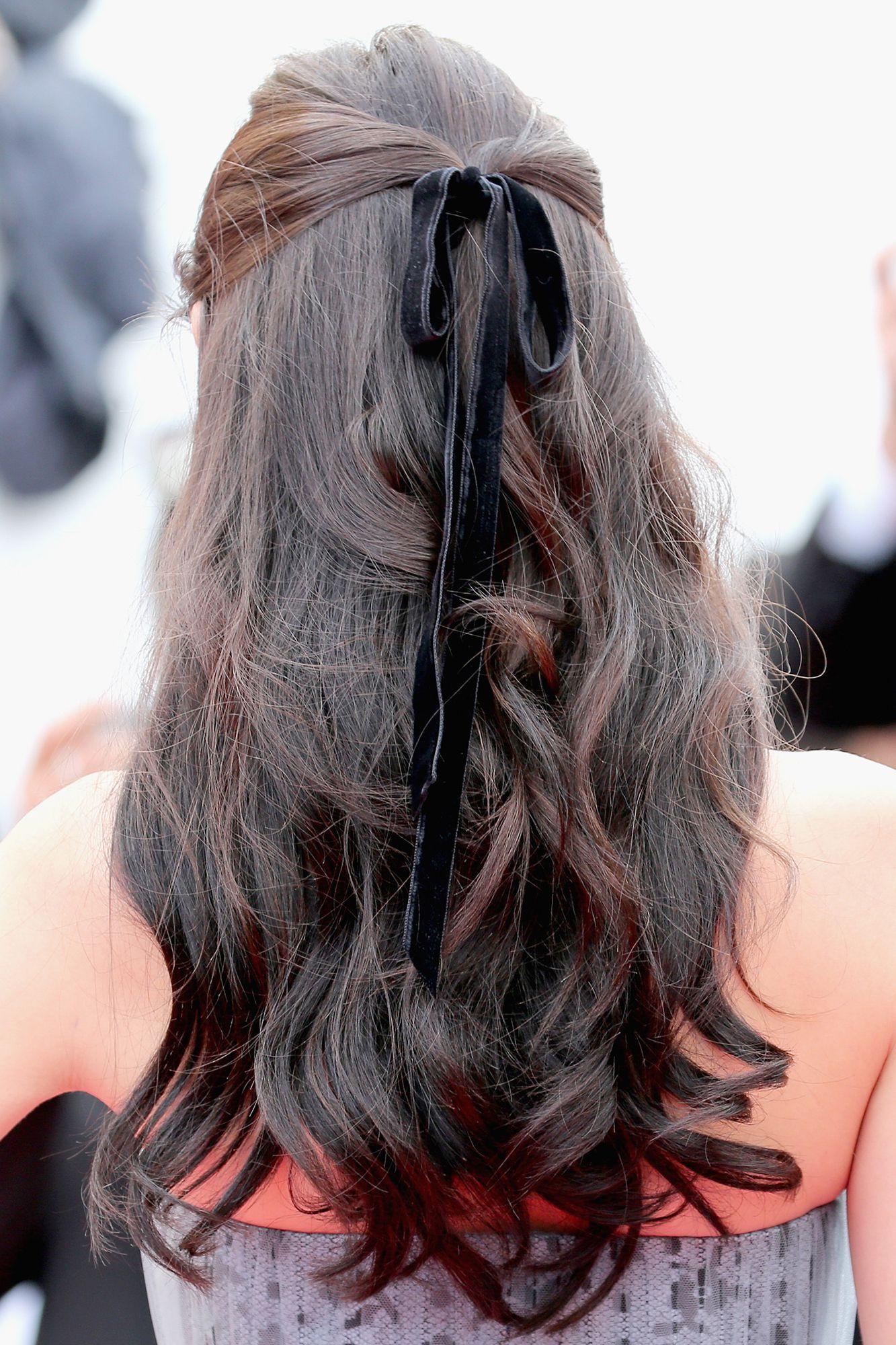 peinados de fiesta románticos y delicados, semirecogido original con bonito detalle en negro