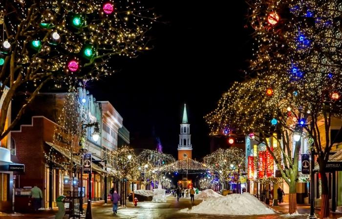 preciosos paisajes de navidad para imprimir, ciudad con decoración navideña luces y adornos de navidad