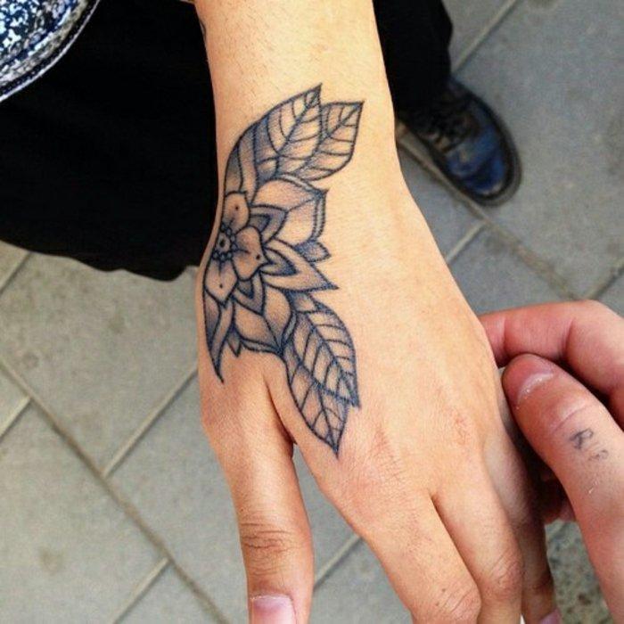 flor de loto tatuaje, diseños de tattoos con flores unisex, tatuaje en la mano, diseño en negro