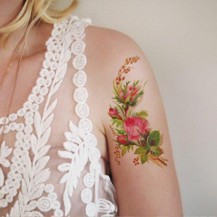 precioso tatuaje de rosas rojas en el hombro, diseños de tatuajes de rosas que inspiran