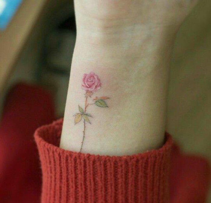 pequeño detalle en color rosa en la muñeca, tattoos femininos con flores en imagines