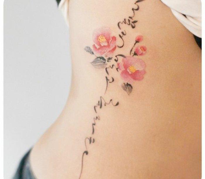 los diseños de tatuajes con flores más originales, tattoo con flores rojas y ornamentos