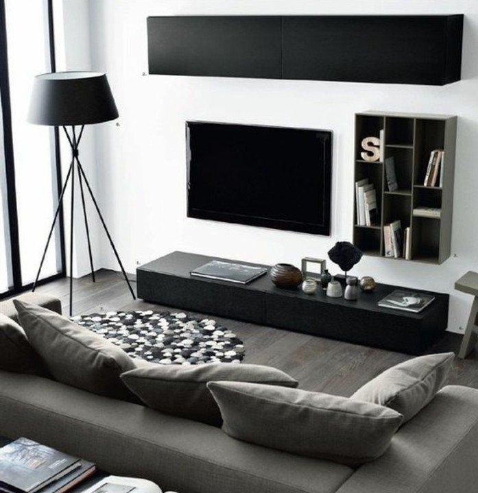 salón moderno decorado en blanco y negro con detalles en gris, suelo de parquet con alfombra