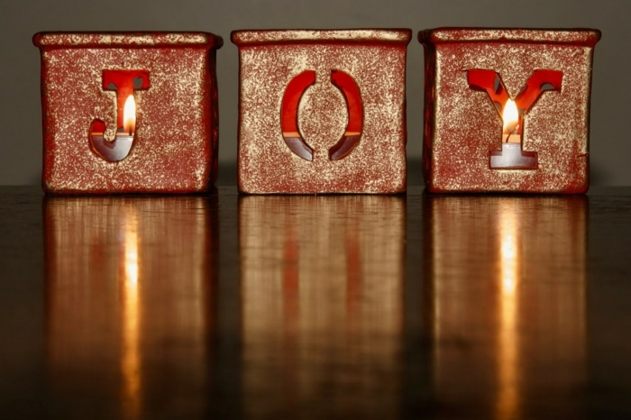 velas de navidad brillantes en rojo y dorado, descarga gratis imagines navideñas para regalar