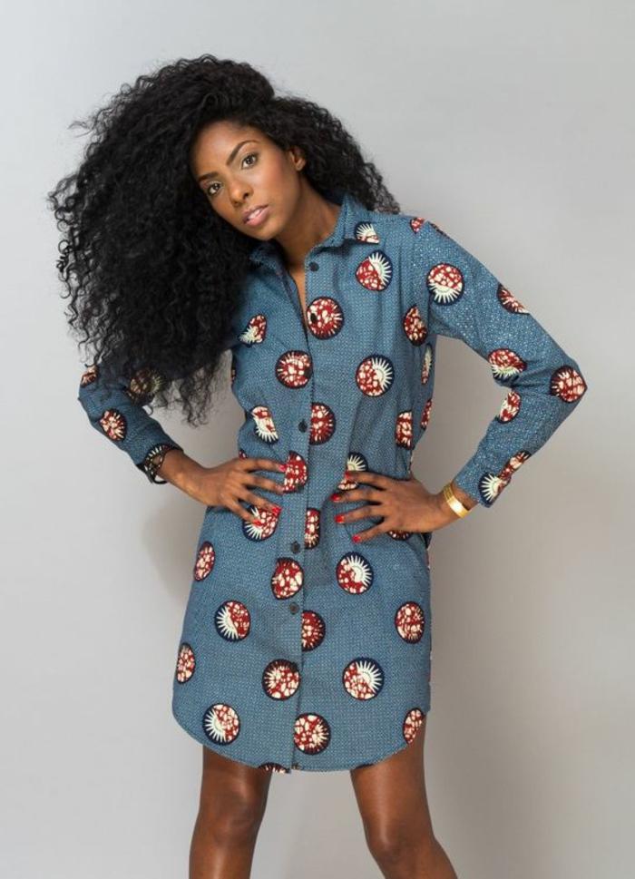 precioso vestido corto en azul claro con bonitos ornamentos en rojo y blanco, mujer pelo afro largo suelto