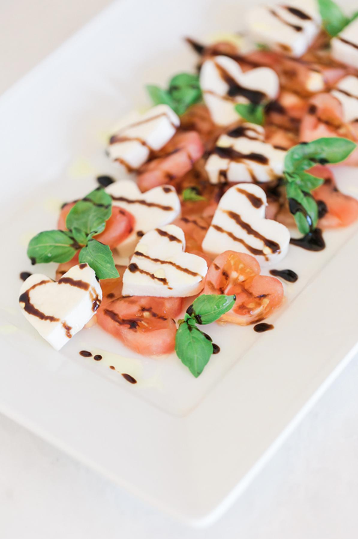 ensaladas originales y saludables para sorprender tu pareja este 14 de febrero, ensalada caprese con corazones de mozzarella y tomates
