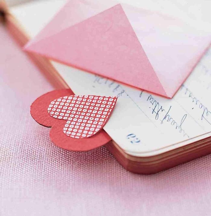 manualidades para san valentin fáciles, rápidas y encantadoras, marcarpáginas hecho a mano de cartulina