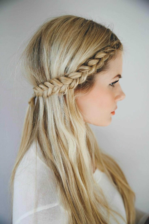 peinados para bodas modernos, elegantes y versátiles, pelo rubio largo suelto con una trenza lateral