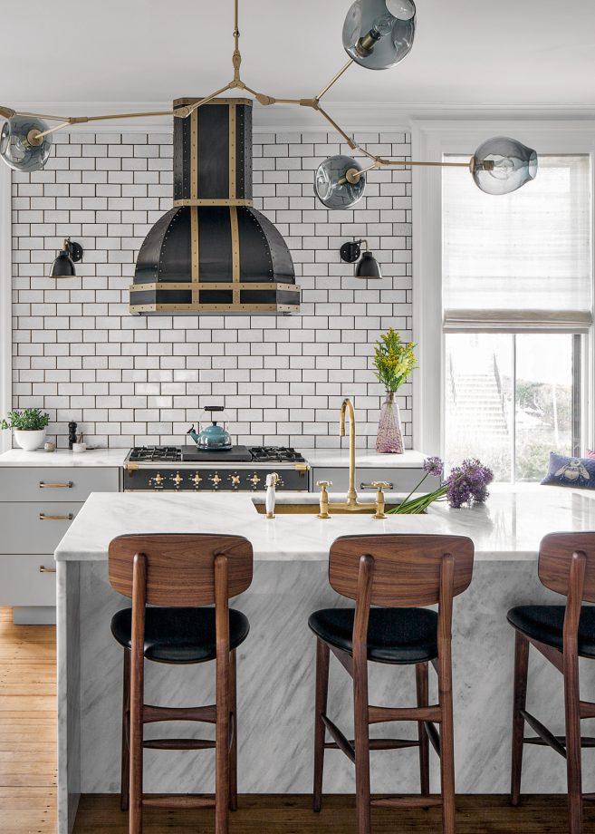 ideas de decoracion de espacios pequeños, cocinas blancas pequeñas con isla, cocina blanca moderna
