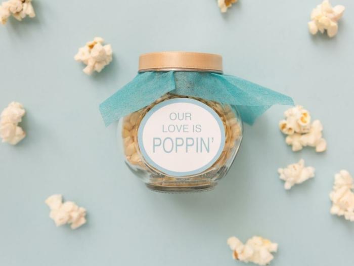 ideas de regalos romanticos para mi novia, frasco de cristal decorado con mucho encanto, bote lleno de palomitas