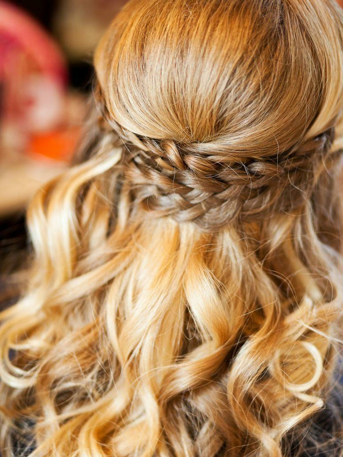 propuestas de peinados pelo suelto, semirecogido bonito con trenza atrás, pelo rizado en bonitos rizos, cabello rubio dorado
