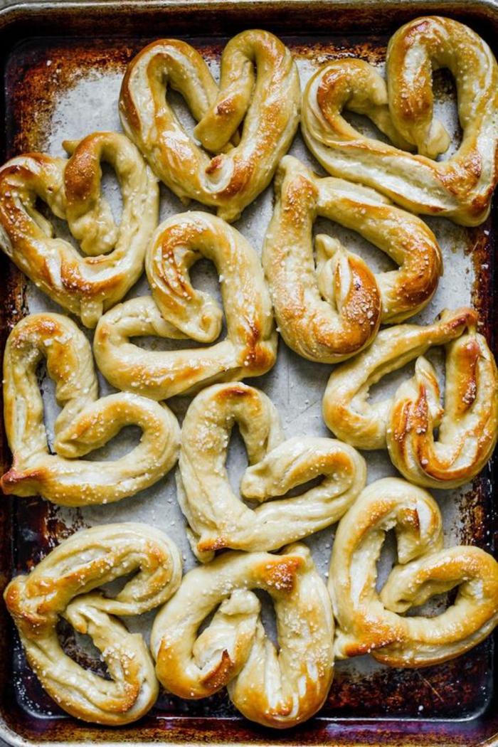 mini panes caseros en forma de corazon, menu san valentin, entrantes fáciles y rápidos de hacer