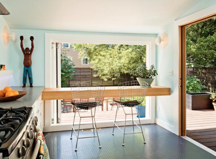 ideas de cocinas pequeñas con isla en fotos, paredes en color azul claro, suelo negro y isla de madera