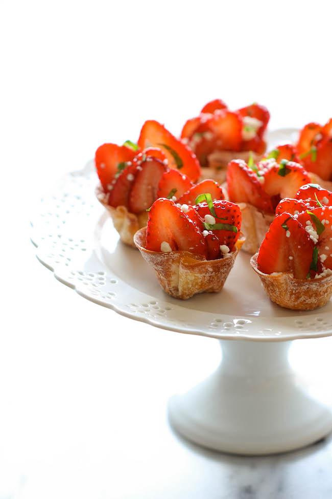 aperitivos y entrantes para un menu san valentin, tortitas de wantán llenas de queso y fresas