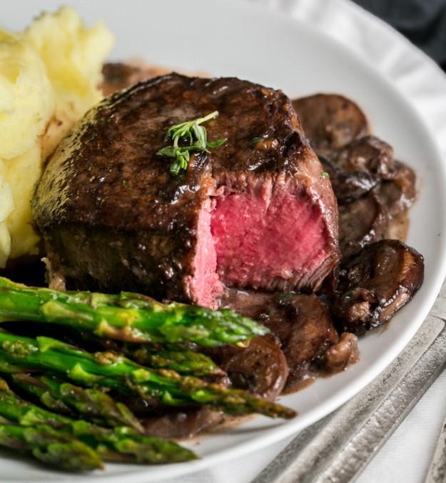 filetes miñon de carne de vaca o ternera con champiniones y esparragos, ideas para un menu san valentin