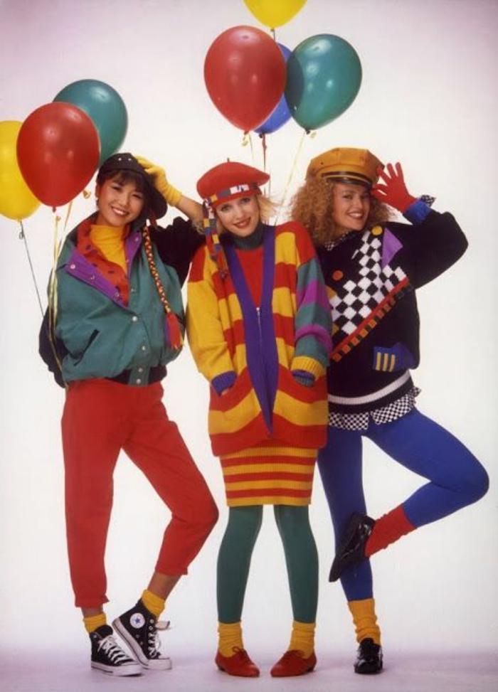 mujeres vestidos a la moda de los 80, prendas coloridas en rojo, verde, lila y amarillo, vestuario vintage