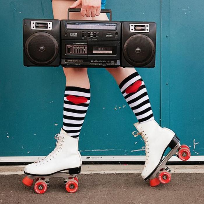cómo seguir la moda de los 80, patines de ruedas, calcetines en rayas blanco y negro con corazones rojos