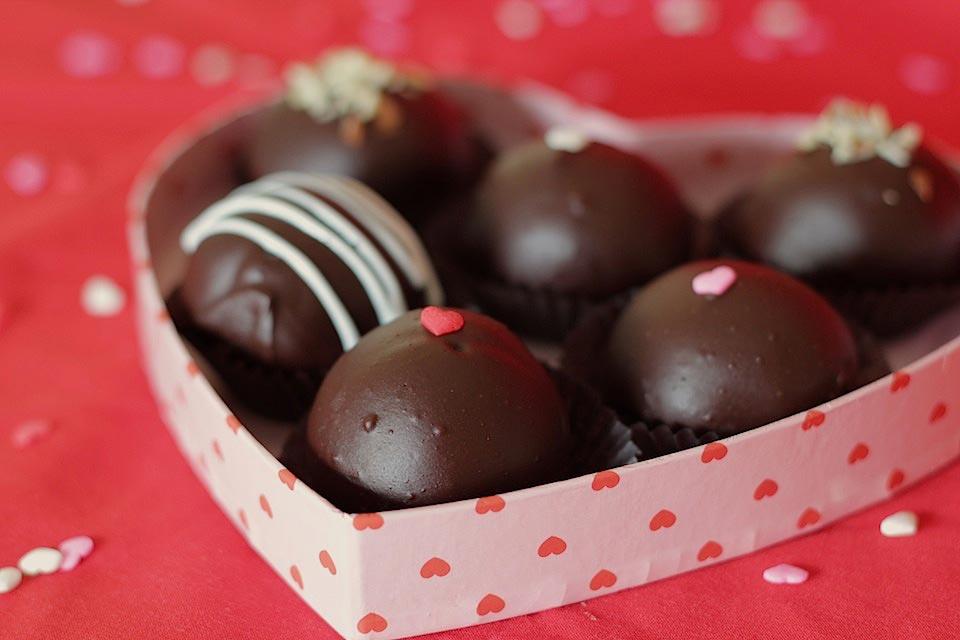 postre ricos y originales para un menu san valentin excelente, dulces caramelos de chocolate negro y almendras