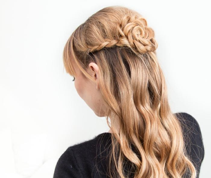 magníficas propuestas de peinados y recogidos, semirecogido elegante con un precioso moño en forma de rosa
