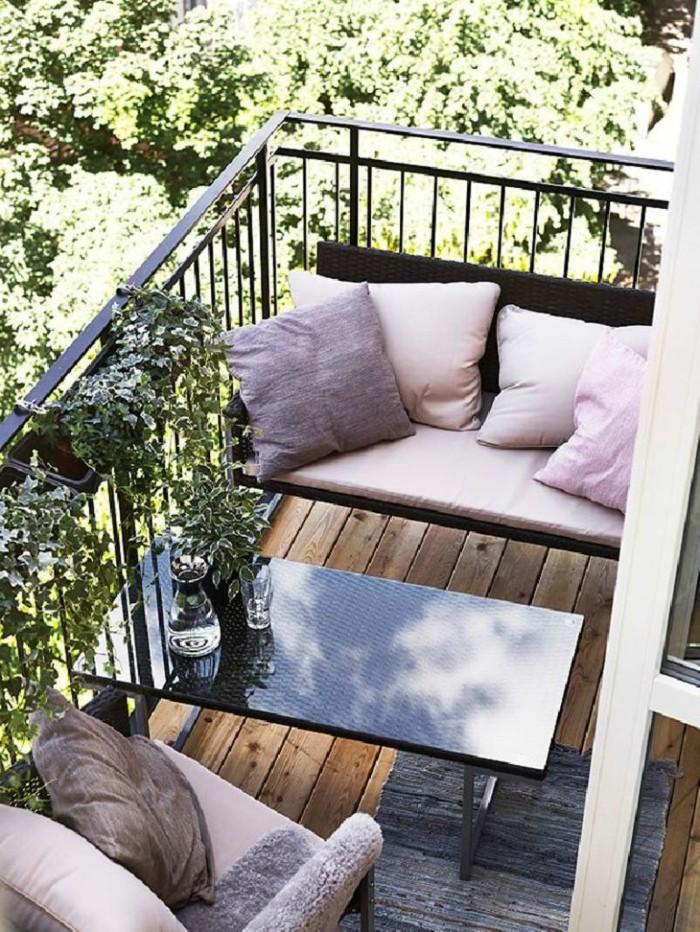 ideas de decoracion terrazas pequeñas, espacio pequeño con muebles de diseño y detalles decorativos en colores pastel