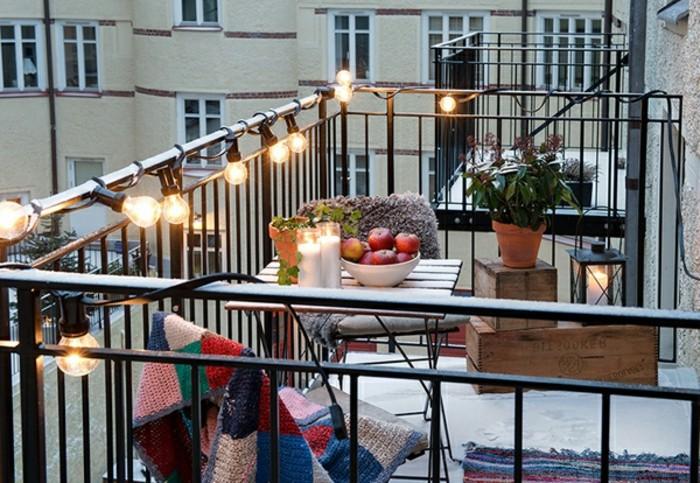 ideas para pequeños balcones, decoracion terrazas pequeñas con bombillas, mantas originales