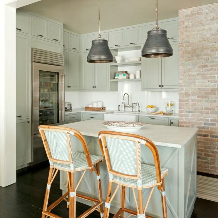 ideas de decoración, cocina pequeña con isla, armarios en color gris claro, pared de ladrillo