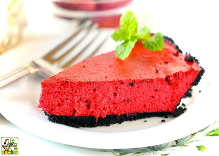 tartas ricas y fáciles para un menu san valentin, tarta de queso color rojo adornada con hojas de menta fresca