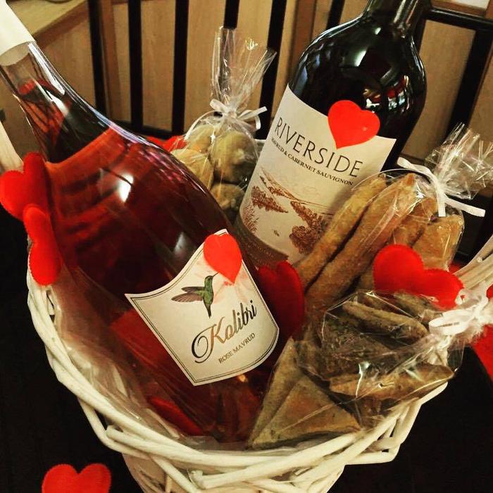 botellas de vino personalizadas para regalos, cesta con botellas de vino y detalles para comer