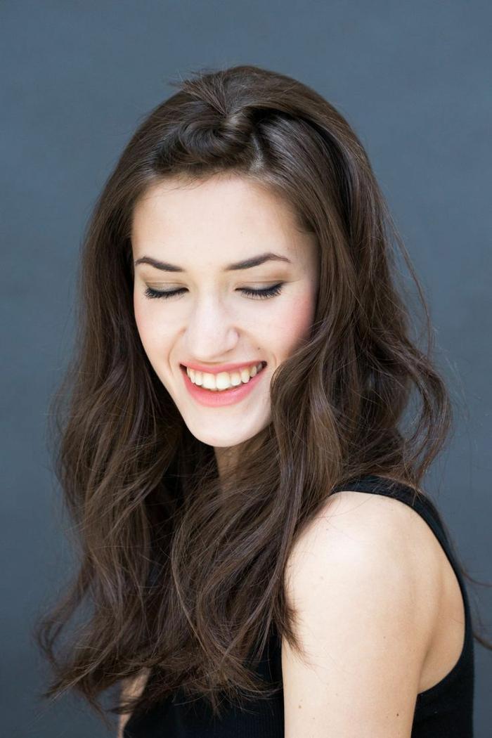 cabello largo suelto color castaño oscuro con recogido pequeño, peinados para bodas originales y sencillos paso a paso