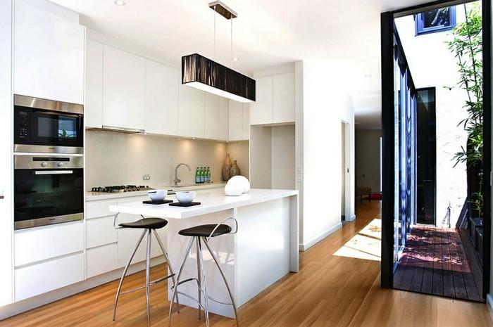 bonitas propuestas de diseño de cocinas pequeñas con isla, cocina blanca, suelo de parquet