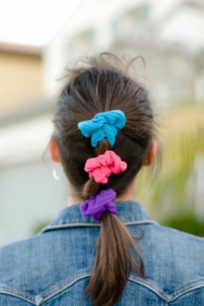 ideas de accesorios en la moda de los 80, gomitas para el pelo en colores llamativos, cabello recogido en coleta, chaqueta de denim