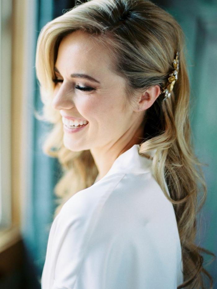 maravillosas propuestas de peinados para bodas, semirecogido bonito con precioso broche en color dorado