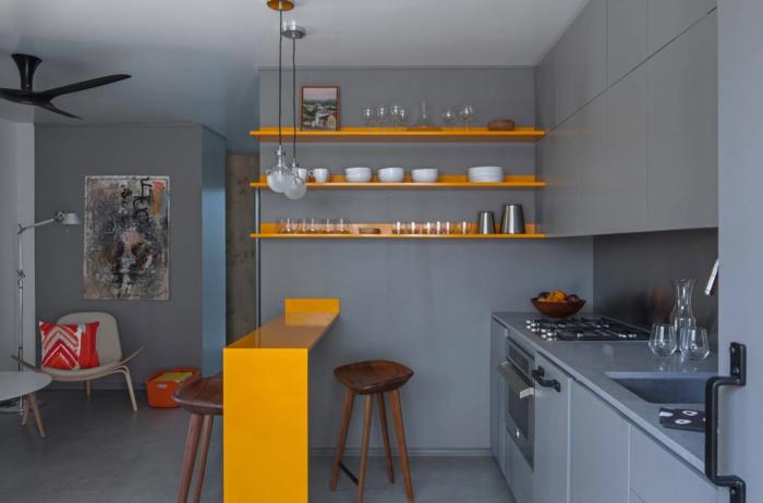 combinaciones de colores bonitas para cocinas pequeñas con isla, paredes y suelo en gris isla en color naranja