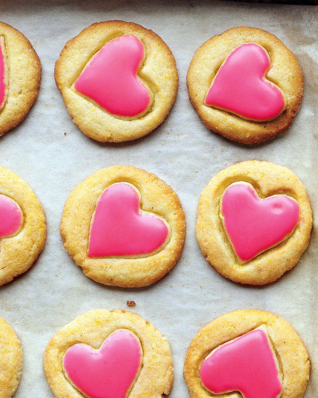 postres originales para completar tu menu san valentin, galletas de mantequilla con decoración en forma de corazón