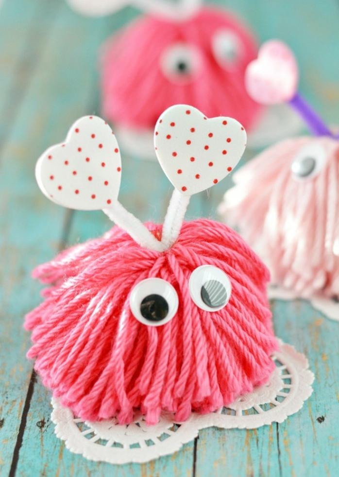 pequeños monstruos de hilo en rosado, manualidades para san valentin paso a paso, pompones de lana