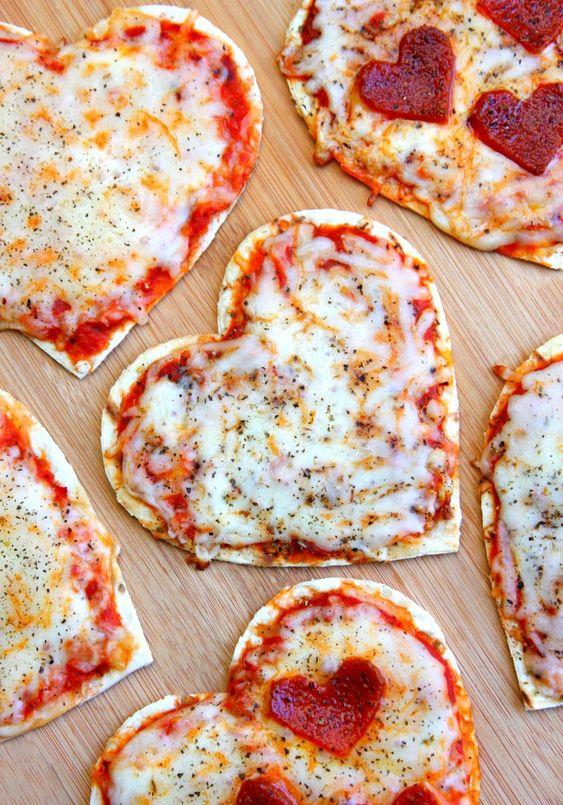 pizzzas en forma de corazón, pizzas pepperoni en forma de corazón para una cena romantica casera
